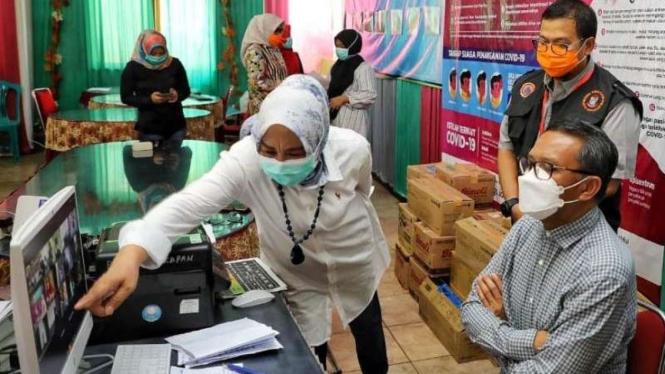 Gubernur Sulsel, Nurdin Abdullah, saat mengecek perkembangan data COVID-19.