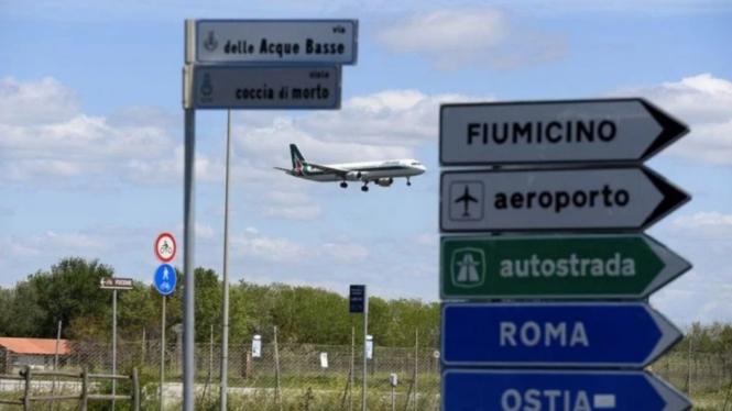 Ilustrasi kedatangan pesawat di bandara di Italia.