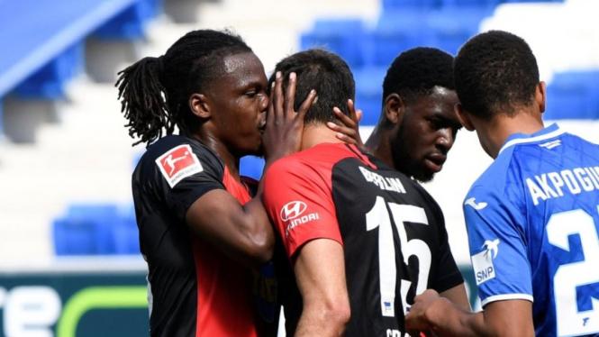 Pemain Hertha Berlin, Dedryck Boyata cium rekan setim saat selebrasi gol.