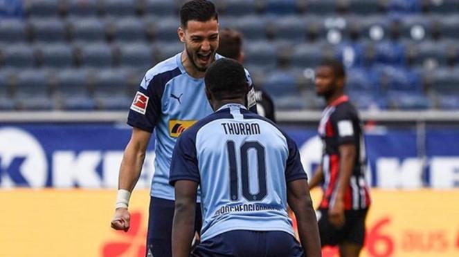Striker Borussia Moenchengladbach, Marcus Thuram merayakan gol