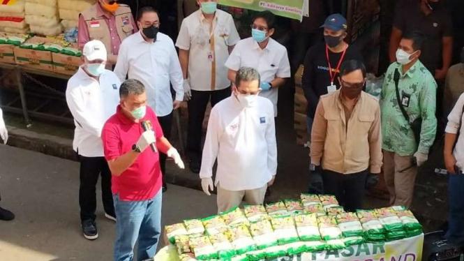 Mendag Agus turun langsung operasi pasar gula di Bogor, Jawa Barat.