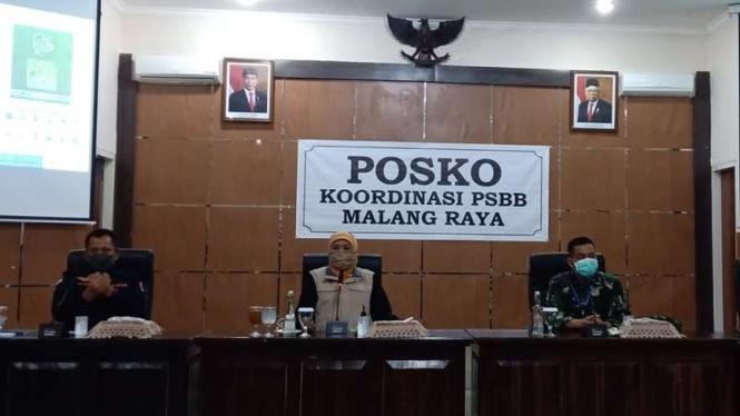 Gubernur Jatim, Khofifah Indar Parawansa di posko koordinasi PSBB.