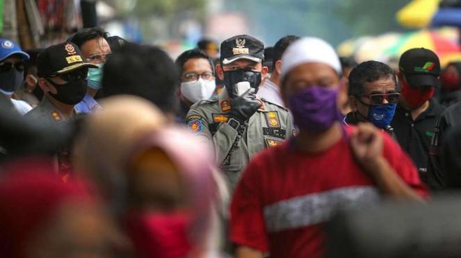 Wali Kota Bogor Bima Arya (tengah) sidak di Pasar Anyar Bogor (17/05/2020).