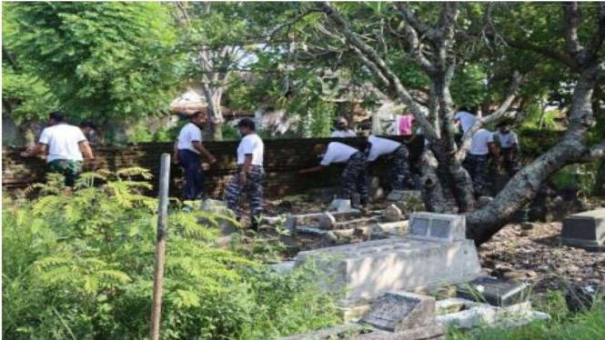 VIVA Militer: Prajurit TNI AL Bersihkan Makam di Tegal