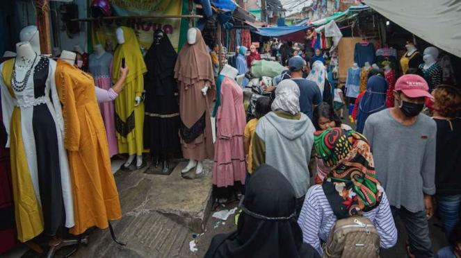 Warga ramai kunjungi kios pedagang kaki lima di Tanah Abang Jakarta (18/5/2020)