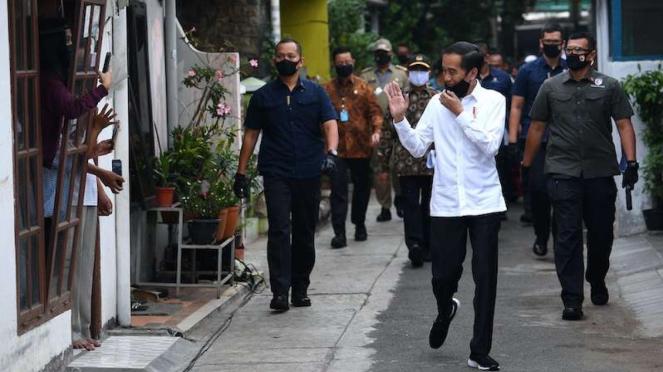 Presiden Jokowi menyapa warga saat meninjau proses distribusi sembako tahap III