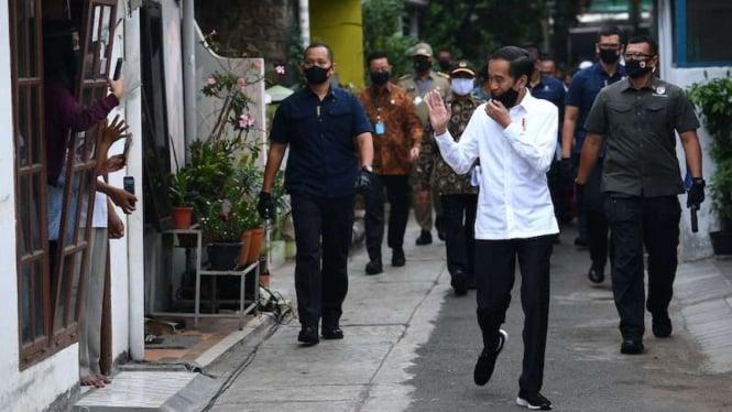 Presiden Jokowi  saat menyapa para warga. (Foto ilustrasi)