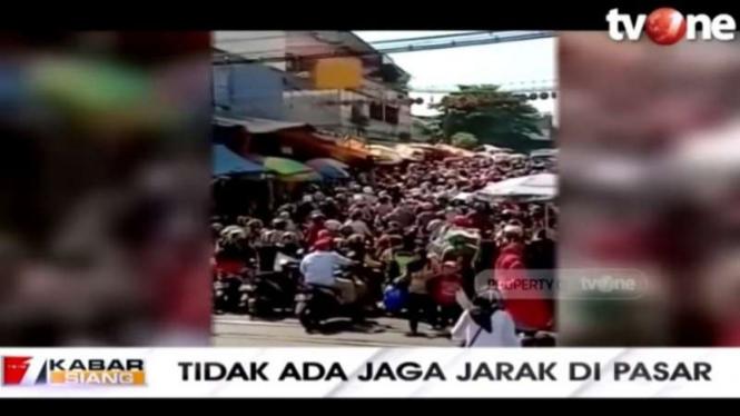 Warga berdesakan di Pasar Anyar, Bogor, Jawa Barat.