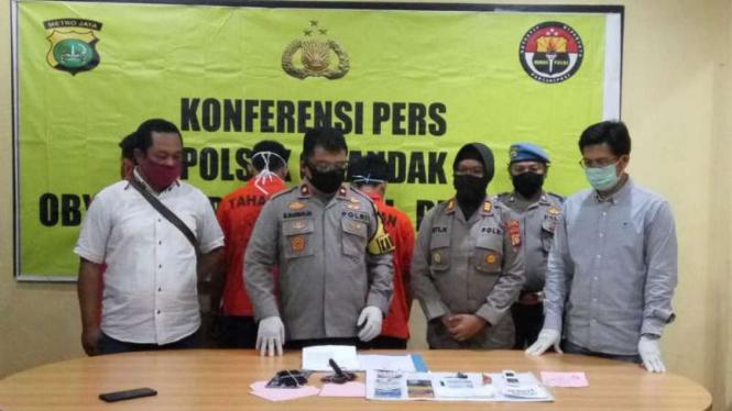 Kapolsek Cilandak Komisaris Polisi M. Marbun mengungkap kasus pencurian via ATM.