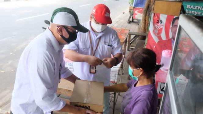 Pemberian sembako kepada masyarakat selama pandemi Covid-19di sekitar Pabrik AHM.