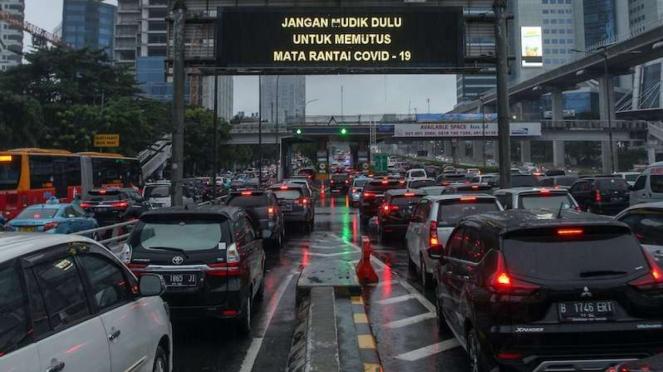 Macet di depan gerbang tol Kuningan 2 Jakarta walau masih PSBB (18/5/2020)