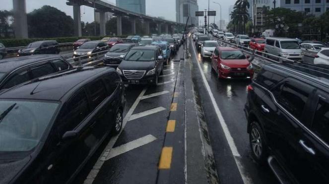 Macet di Tol Dalam Kota Kuningan 2 Jakarta walau masih PSBB (18/5/2020)