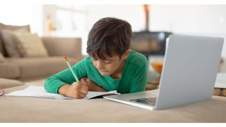 Anak sedang melakukan proses kegiatan belajar-mengajar (KBM) online.