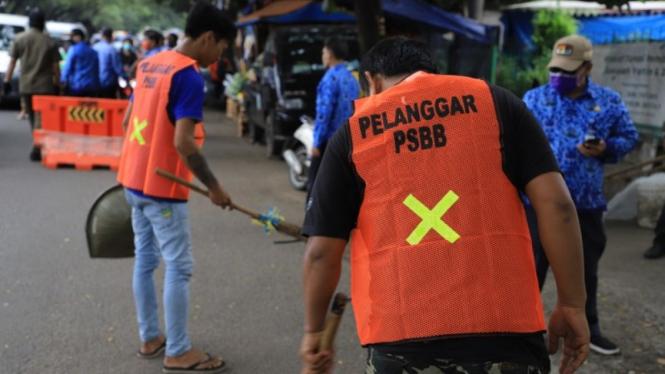 Pelanggar peraturan PSBB dikenakan sanksi sosial di Kota Tangerang