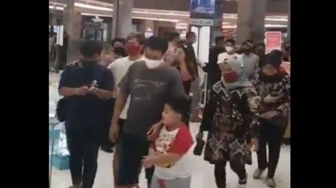 Warga Surabaya memadati Mall Pakuwon