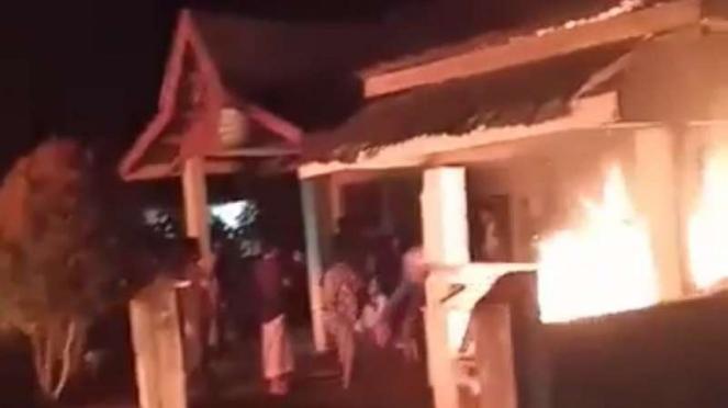 Warga bakar posko covid-19 dan kantor kepala desa karena BLT salah sasaran