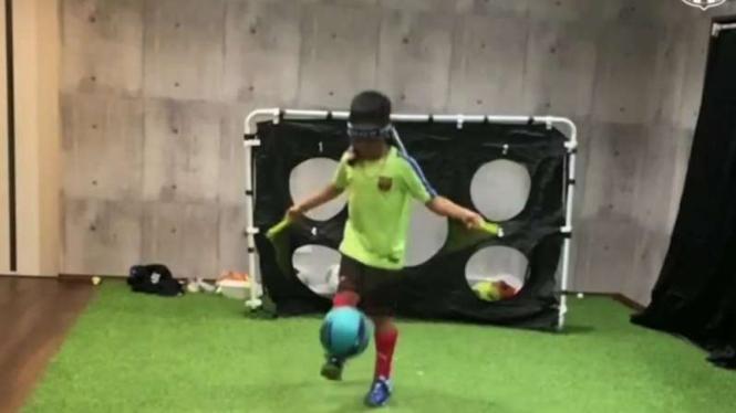 Bocah asal Jepang lakukan juggling.