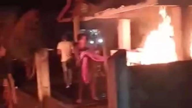 Posko penanganan COVID-19 di Jambi dibakar Warga.