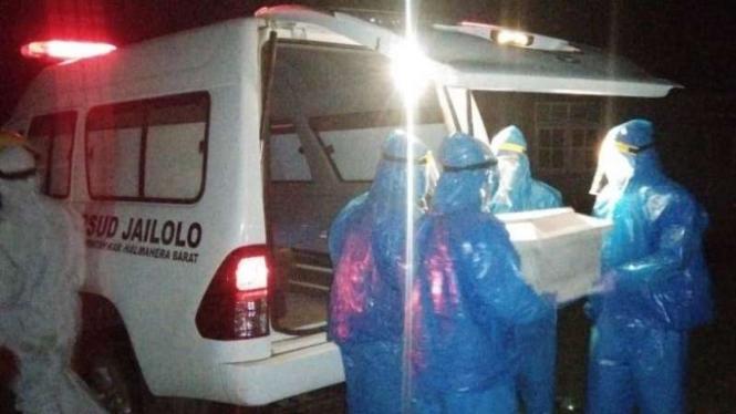 Evakuasi bayi meninggal diduga karena Corona di Halmahera Barat.