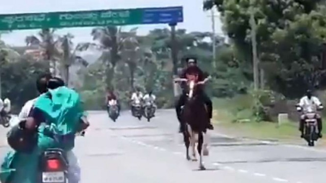 Dilarang Bawa Kendaraan Saat Lockdown, Pria Ini Berkeliaran Naik Kuda