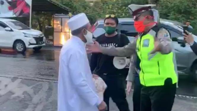 Habib Umar Abdullah Assegaf Bangil bersitegang dengan petugas PSBB