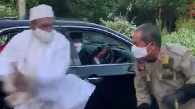 Viral Video Habib Umar Assegaf Bangil Berkelahi dengan Petugas PSBB