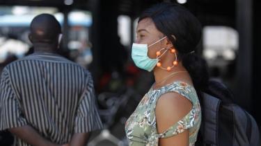 https://thumb.viva.co.id/media/frontend/thumbs3/2020/05/21/5ec63fba1a232-covid-19-who-peringatkan-pandemi-virus-corona-masih-jauh-dari-berakhir-setelah-penambahan-kasus-harian-di-dunia-capai-angka-tertinggi_375_211.jpg