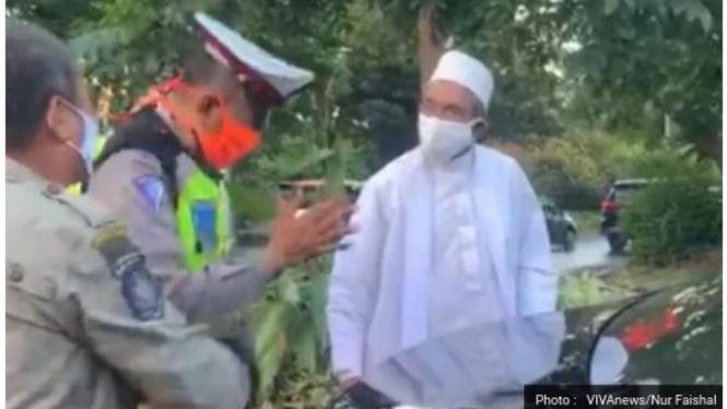 Habib Umar Assegaf Bangil saat disetop Petugas PSBB Surabaya.