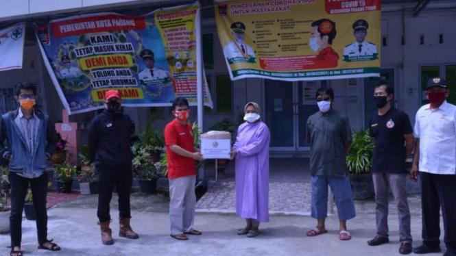 Pemberian bantuan dari eks kapten Semen Padang.