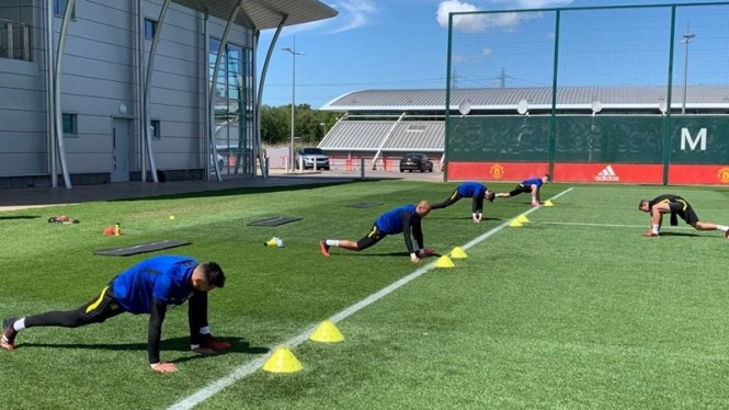Kiper Manchester United sedang latihan