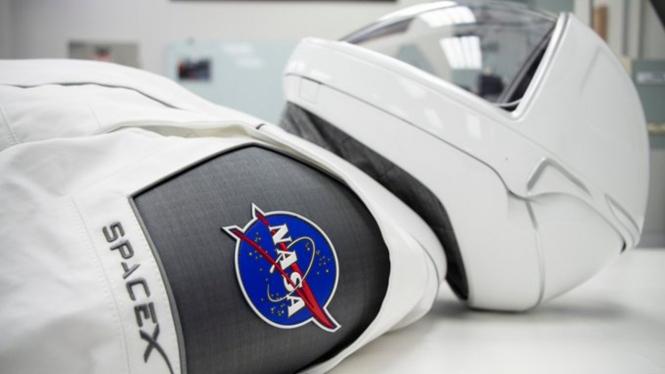 Ada logo SpaceX di seragam astronot NASA.