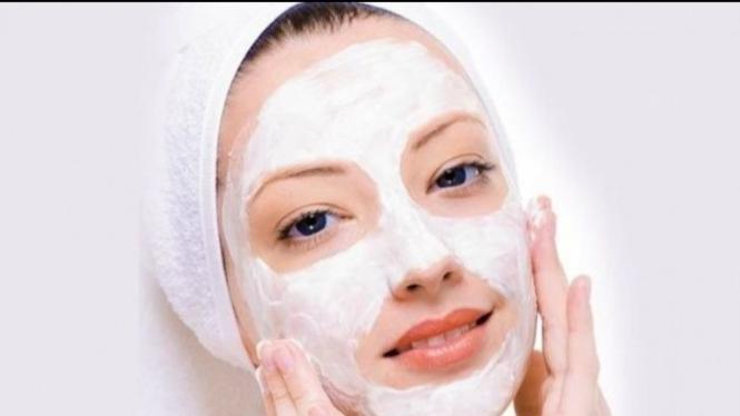 ilustrasi menggunakan masker wajah alami (Foto: Istimewa)