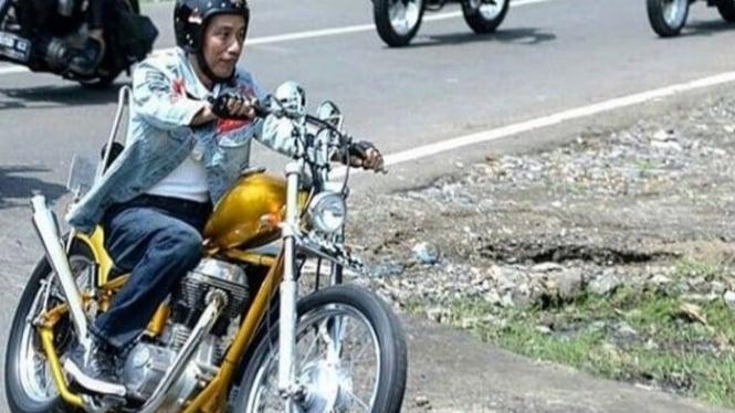 Jokowi sedang mengendarai motor (foto/antara)