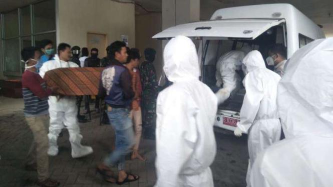 Evakuasi Jenazah pasien COVID-19 dari RS Wahidin Makassar beberapa waktu lalu.