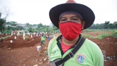 Tukang gali di TPU Pondok Rangon, Jakarta Timur, Dadang Saputra.