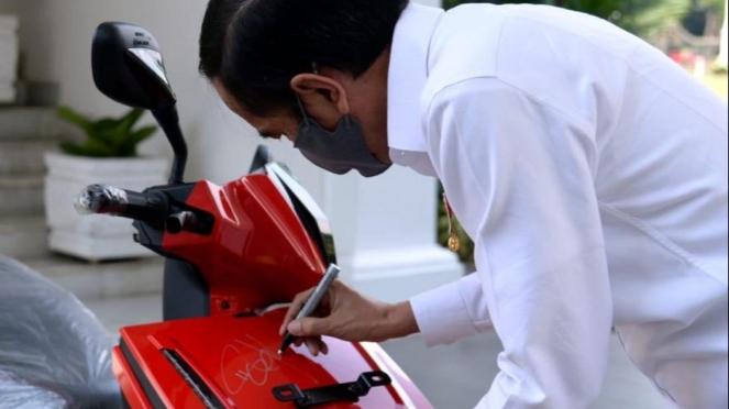 Joko Widodo dan motor listrik Gesits