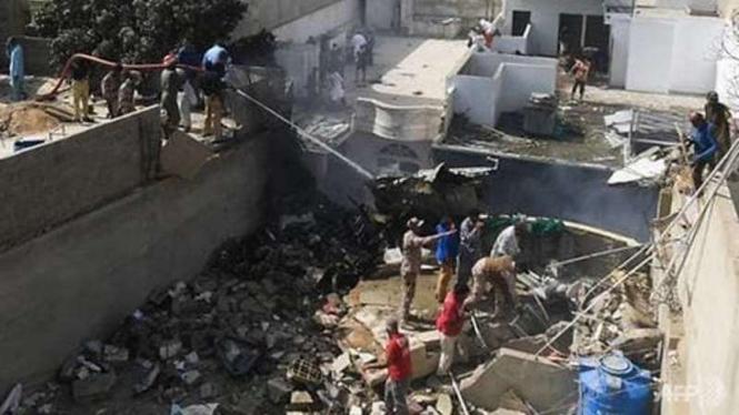 Pesawat Pakistan jatuh di pemukiman warga.