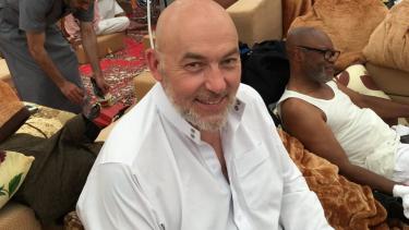 https://thumb.viva.co.id/media/frontend/thumbs3/2020/05/23/5ec865e793ae9-idul-fitri-a-air-mata-terindah-di-padang-arafah-perjalanan-spiritual-pria-skotlandia-yang-masuk-islam-tanpa-bertemu-muslim_375_211.jpg