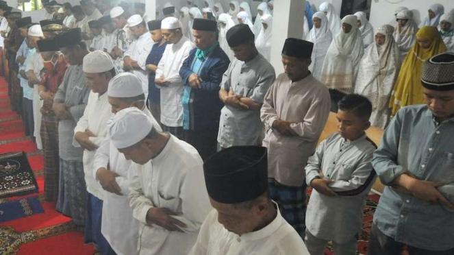 Jamaah Tarekat Naqsabandiyah melaksanakan Salat Id di Mushalla Baitul Makmur