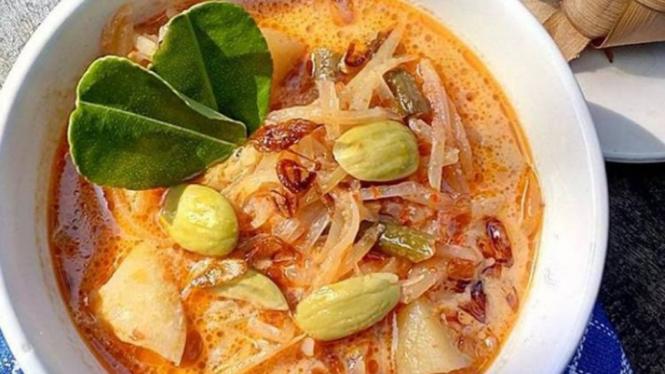 Sayur ketupat atau sayur labu siam.