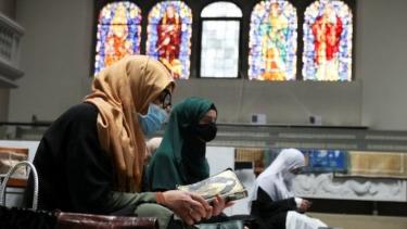 https://thumb.viva.co.id/media/frontend/thumbs3/2020/05/23/5ec8e23d0e8a7-ramadan-gereja-di-jerman-menampung-umat-muslim-untuk-menunaikan-ibadah-salat_375_211.jpg