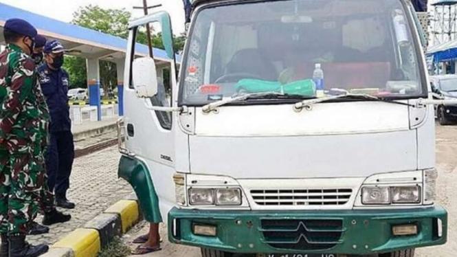 VIVA Militer: Truk pengangkut pemudik ilegal.