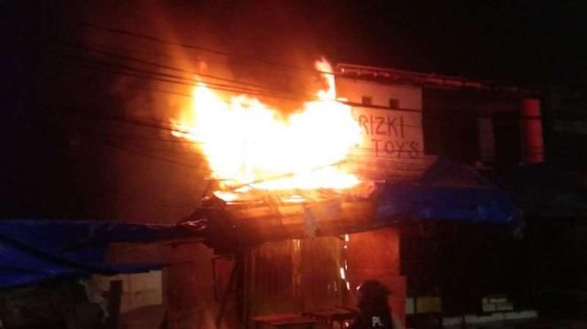 Kios di Pasar Gembrong, Jakarta Timur terbakar, Minggu, 24 Mei 2020.