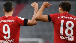Pemain Bayern Munich, Robert Lewandowski dan Leon Goretzka rayakan gol.