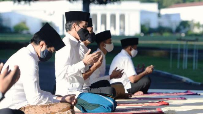 Presiden Jokowi salat Id di halaman Wisma Bayurini, Istana Kepresidenan Bogor.