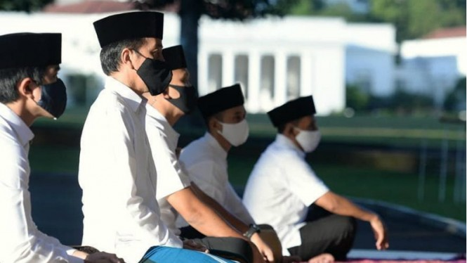 Presiden Jokowi dan Keluarga Salat Idul Fitri di Wisma Bayurin