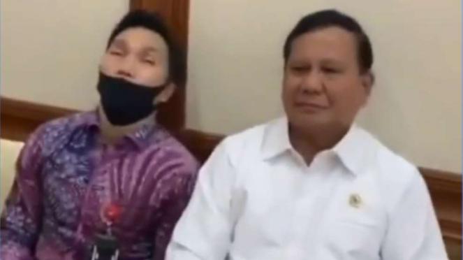 Menteri Pertahanan Prabowo Subianto saat ngeprank stafnya yang tertidur.