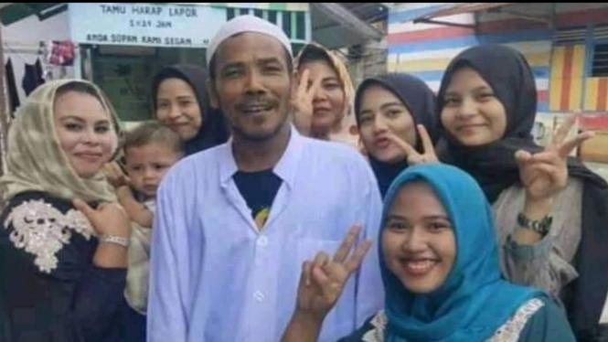 M Nuh bersama warga Manggis, Jambi (Foto/Twitter/Lakiabiz)