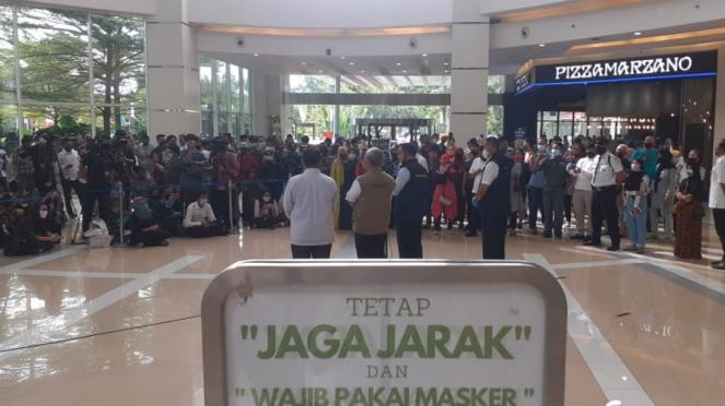 Presiden Jokowi melihat kesiapan new normal di Summarecon Mall Bekasi, Jawa Barat.