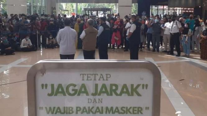 Presiden, Gubernur Jawa Barat dan Wali Kota Bekasi saat menyambangi mal.